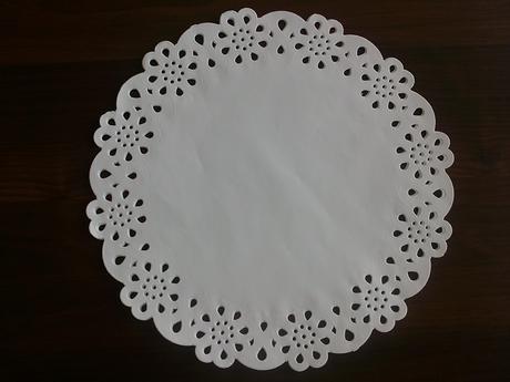 Dekoratívne biele podnosy pod taniere,