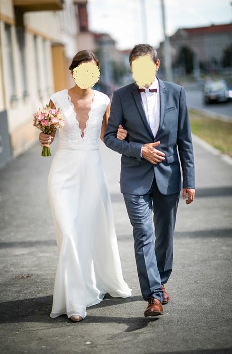 Svatebni saty s krajkou ve vrchni casti, 36