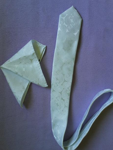 Nepouzita svadobna kravata s vreckovkou,