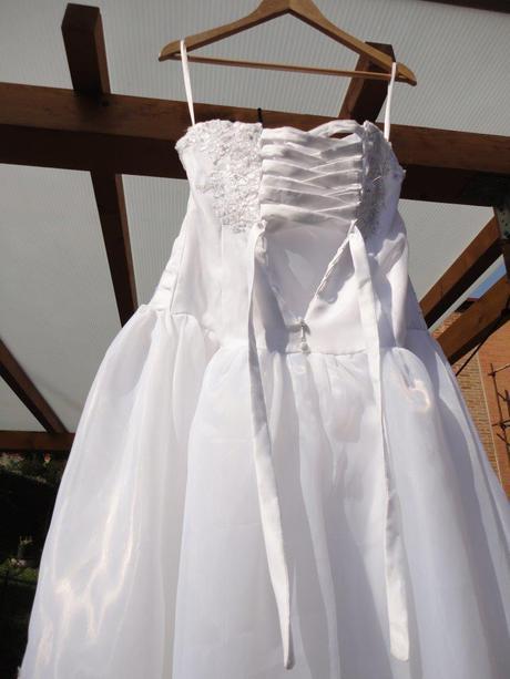 Svatební šaty s vlečkou, 38