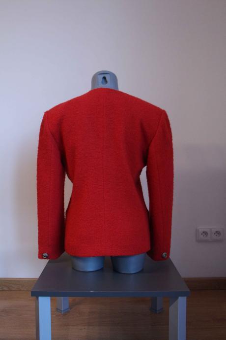 Červené sako netradičního střihu , 38