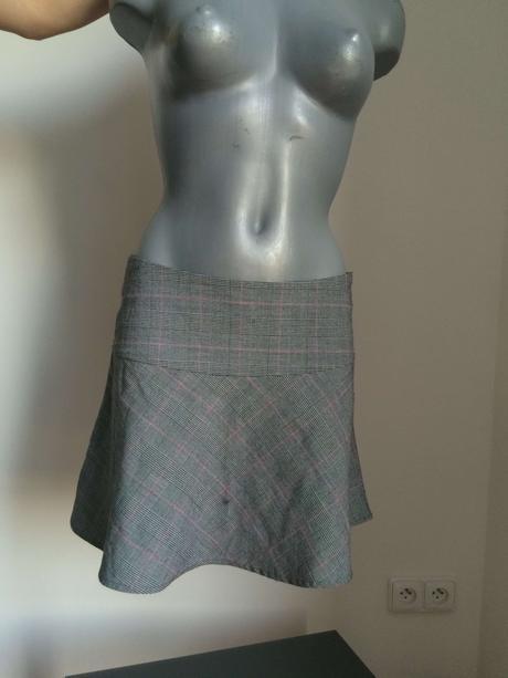 světle šedá sukně s růžovým proužkem, 36