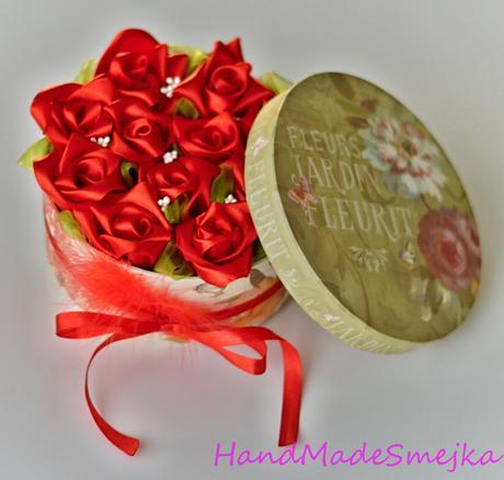 Kytica červených ruží v boxe,