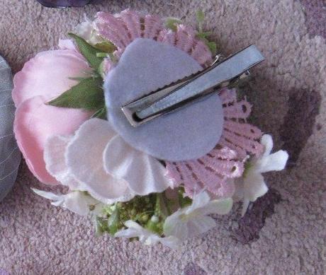Brošňa alebo kvietok do vlasov , s ružičkou,