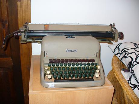 písací stroj Consul,
