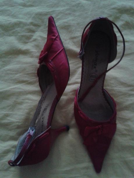 Červené saténové topánky, 38