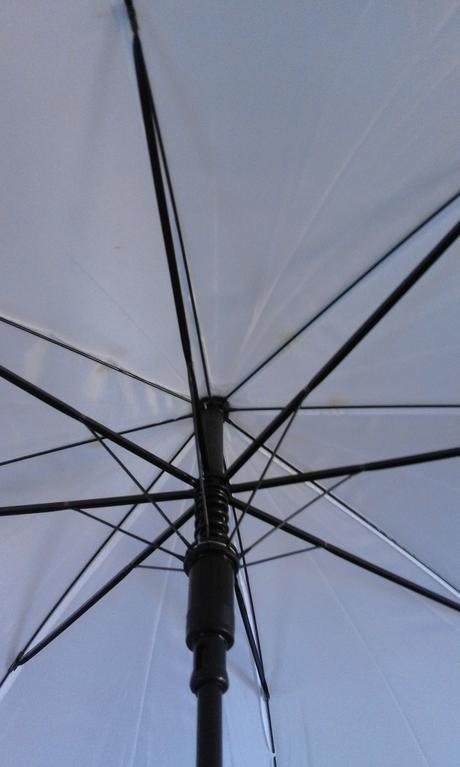 bílý deštník/slunečník,