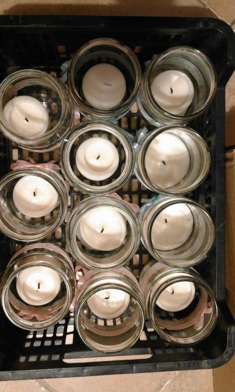 sklenice se svíčkama,