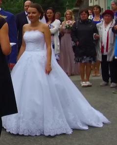 Svatební šaty s krajkovou vlečkou i menší 36, 34