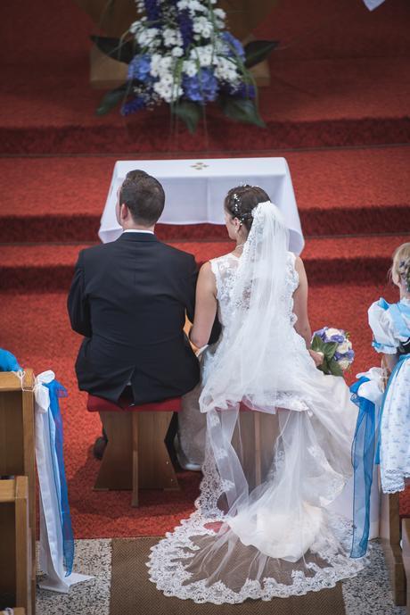 Krajkové šaty s vykrojenými zády+katedrálový závoj, 40