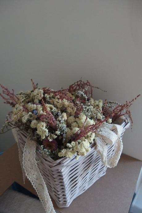 vazba suchých květin včetně krajky,