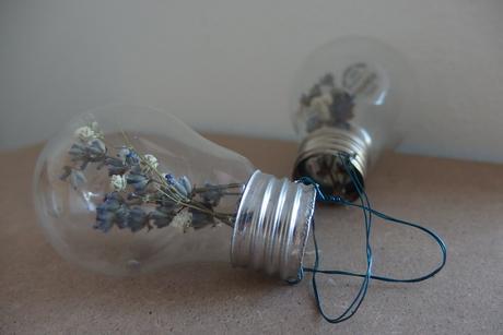 vázičky ze žárovek,