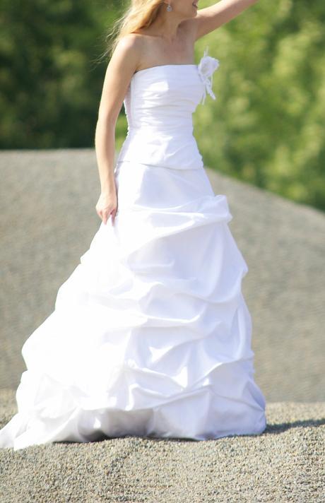 Bílé svatební šaty a pompadurka, 36