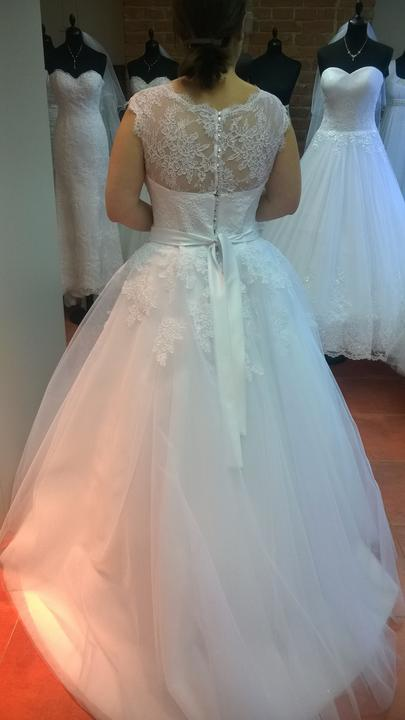 Krajkované svatební šaty, 42