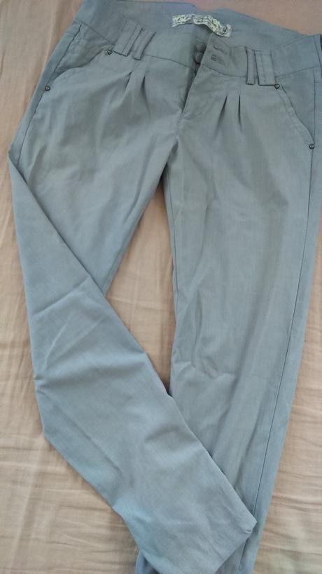 šedé nohavice, 36