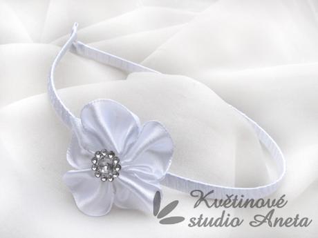 Svatební čelenka s bílým květem,