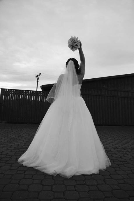 Luxusní bílé šaty s perličkovým korzetem, 38
