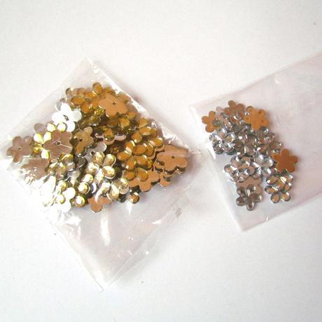 Akrylové kytičky zlaté a stříbrné,