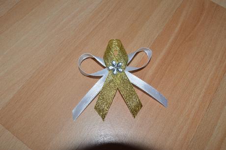 Bielo-zlaté pierka pre svadobčanov,