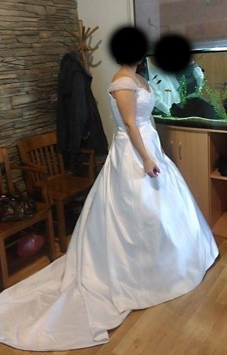 Bílé šaty s aplikací a spadenými ramínky , 40