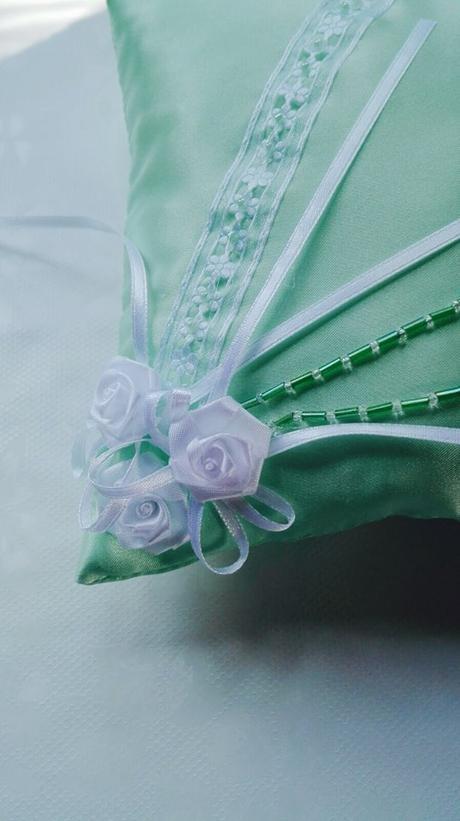 Světle zelený polštářek pod prstýnky ,