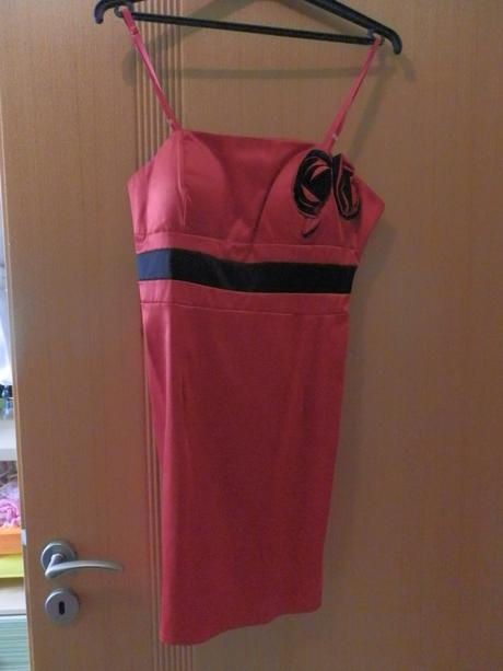 Společenské červené šaty, M