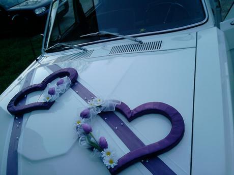 Bielo-fialová výzdoba na svadobné auto,