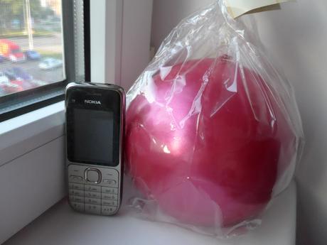 Velká růžová metalická koule,