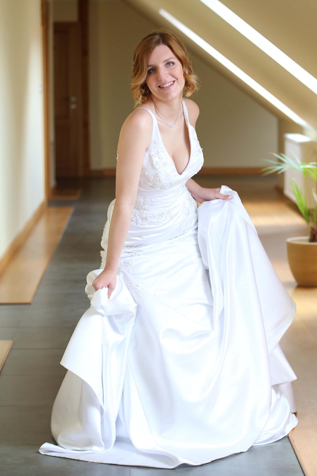 1b9224137dfc Svatební šaty + bílé bolerko