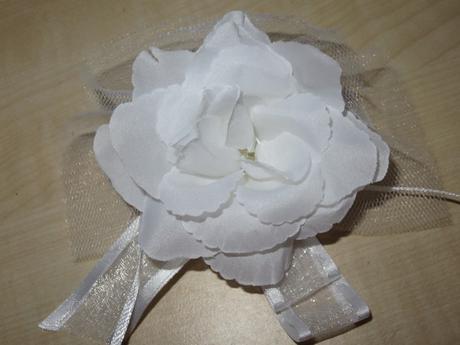 Dekorační bílé kytičky,