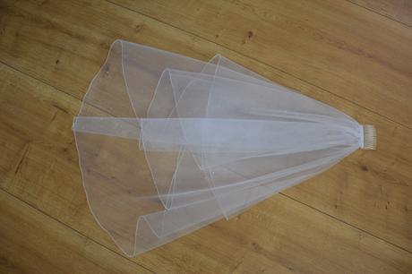 Svatební závoj s perličkami,