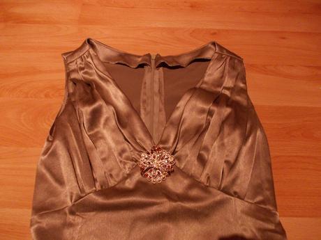 Saténové hnedé šaty s brošňou, 38