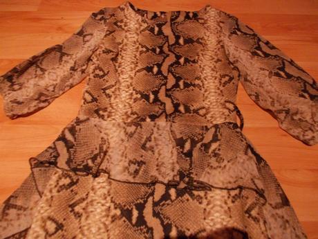 Šaty s hadím vzorom so šifónovými rukávmi a vlečko, 38