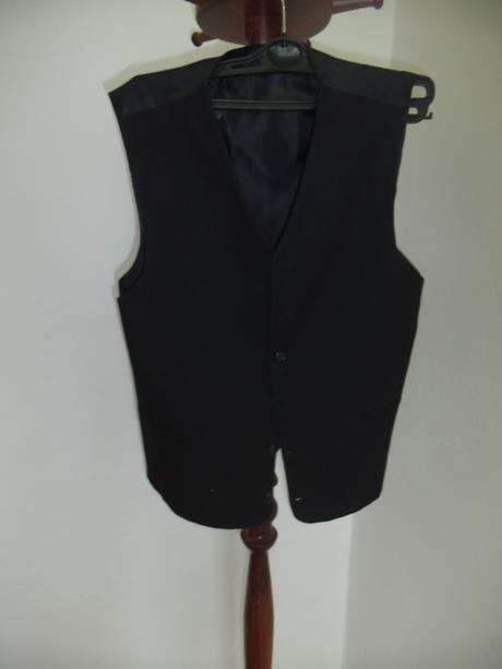 Čierny oblek so saténovými prvkami, 46