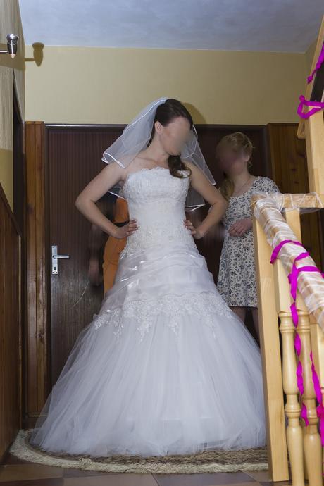 snehobiele svadobné šaty s perličkami, 42