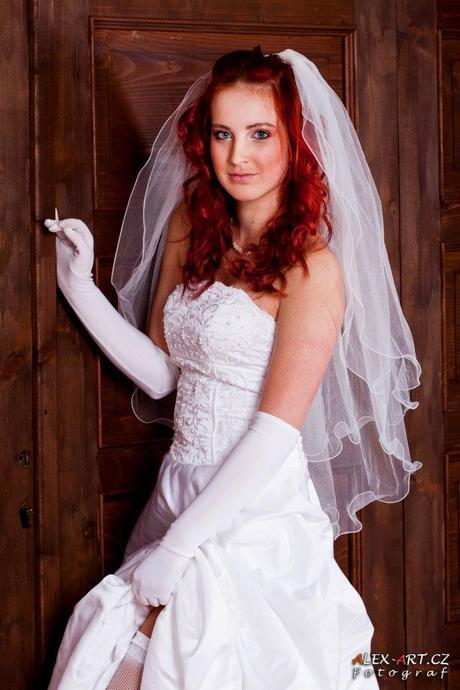 Korzetové svatební šaty s dlouhou vlečkou, 38