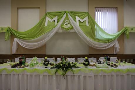 Bielozelená dekorácia za hlavný stôl s M&M,
