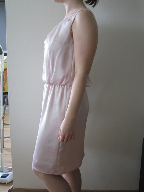 Bledoružové saténové šaty, 36