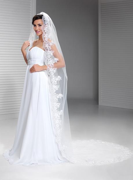 dlouhý krajkový svatební závoj,