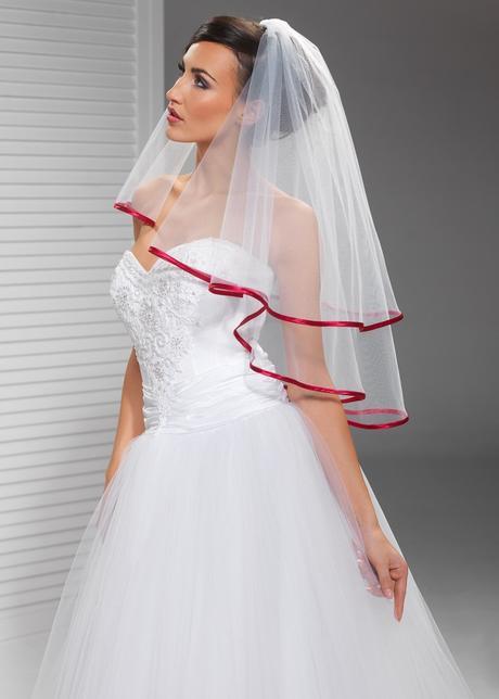 svatební závoj s červeným lemem,