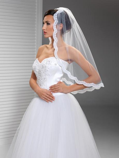 svatební závoj s krajkou,