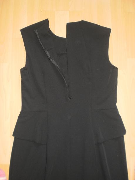 Čierne puzdrové šaty, 42
