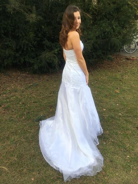 Šaty s vlečkou a kvalitní krajkou, 36