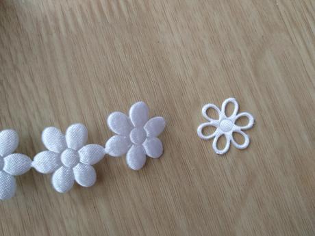 Textilní kytičky plné na svatební vývazky bílé,