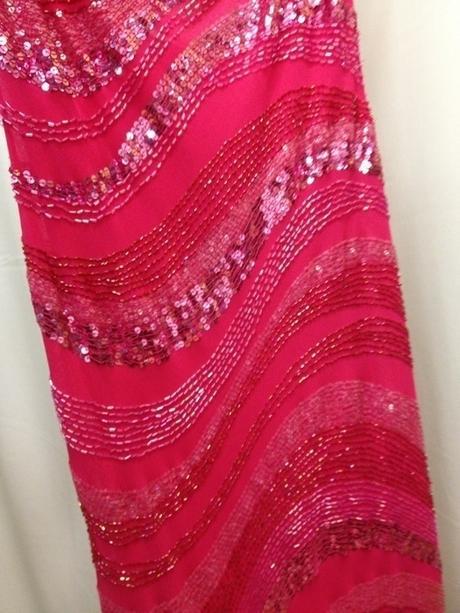Růžové flitrové šaty s odhalenými zády a korálky, S