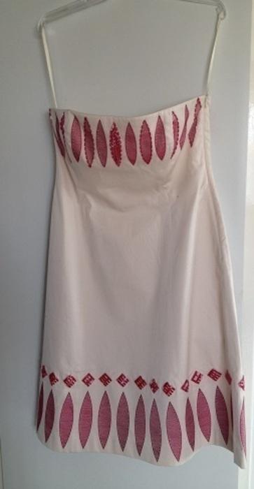 Šaty s vyšíváním a korálky na horním a doln, M