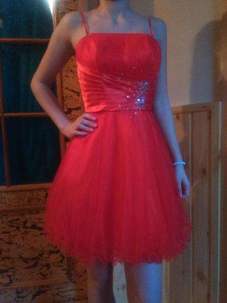Červené spoločenské šaty, 34