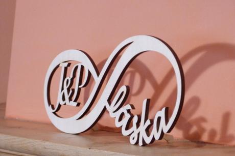 Dřevěná dekorace - nekonečná láska s iniciály ,