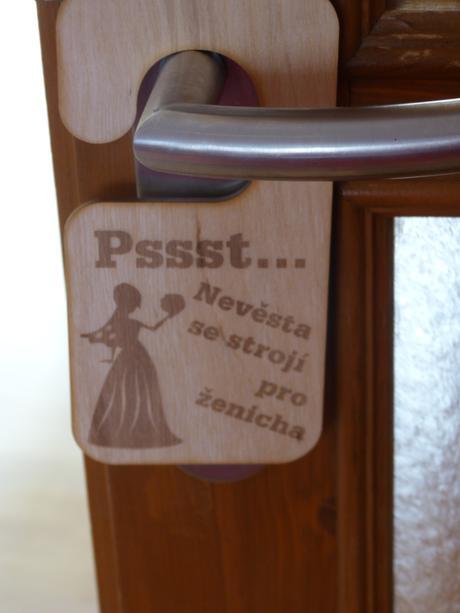 Dřevěná visačka na dveře s originální gravurou,