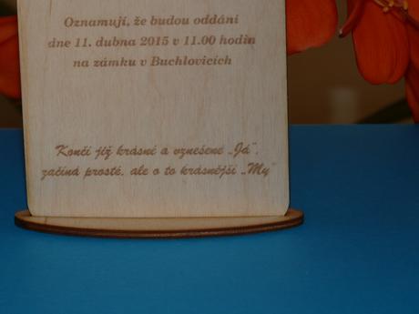 Jedinečné dřevěné svatební oznámení s výřezem srdc,